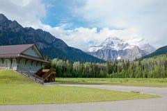 Belle vue d'été de la crête couronnée de neige du bâti Robson et de la cabane en rondins dans la vallée photo stock