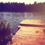 Belle vue d'étang avec le dock de bateau - effet d'instagram Photographie stock