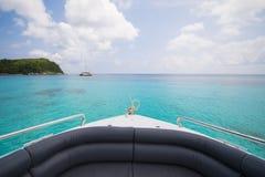 Belle vue d'île de bateau de vitesse Photo libre de droits