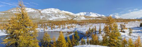Belle vue d'automne de la vallée de la rivière Yasandya Oymyakon Yakutia images libres de droits