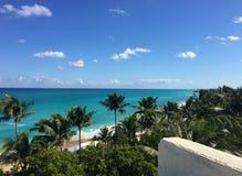 Belle vue d'océan du balcon Palmiers, océan, côte atlantique du Cuba photos stock