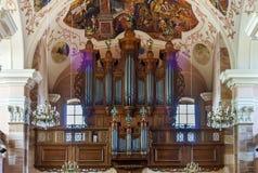 Belle vue d'organe à l'intérieur d'église baroque photographie stock