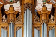 Belle vue d'organe à l'intérieur d'église baroque image stock