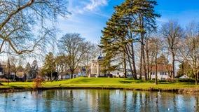 Belle vue d'un étang, d'un chemin et d'une herbe verte avec le dôme de thé ou de Gloriette à l'arrière-plan en parc de Proosdij photo stock
