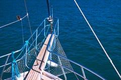 Belle vue d'un arc de yacht à vers le large Images stock