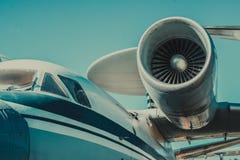 Belle vue d'un avion sur sa partie un moteur d'airpcraft Photographie stock libre de droits