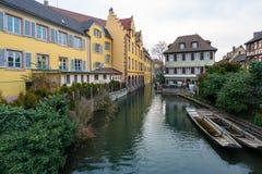 Belle vue d'un canal avec bateaux à rames aux maisons historiques - petits bateaux touristiques au pilier sur la rivière Lauch da photo stock