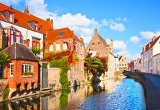 Belle vue d'un canal et, pont, des toits rouges à Bruges, bel Photos libres de droits
