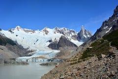 Belle vue d'un glacier et de quelques crêtes à l'intérieur du parc national de visibilité directe Glaciares, EL Chaltén, Argenti Photo stock