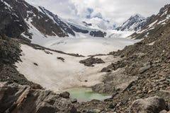 Belle vue d'un lac de montagne dans le secteur de glacier Photo libre de droits