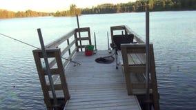 Belle vue d'un lac et d'un endroit de pêche Grandes roches Beaux milieux de nature banque de vidéos
