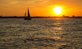 Belle vue d'un voilier au coucher du soleil Photographie stock