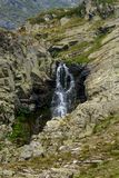 Belle vue d'une cascade en montagne de Rila, Bulgarie, l'Europe Photos stock