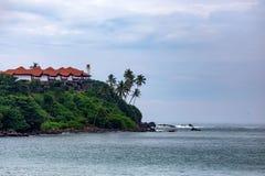 Belle vue de côte tropicale dans Mirissa, Sri Lanka images stock