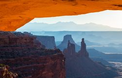 Belle vue de Canyonlands, de Mesa Arch Photographie stock