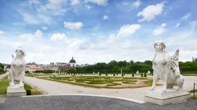 Belle vue de château célèbre de belvédère de Schloss avec la statue de sphinx, établie par Johann Lukas von Hildebrandt comme rés images libres de droits