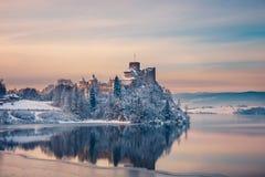 Belle vue de château de Niedzica Photographie stock libre de droits