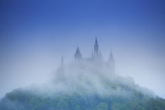 Belle vue de château de Hohenzollern en brume Photos libres de droits