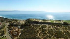 Belle vue de ci-dessus sur Malibu et la Côte Pacifique clips vidéos