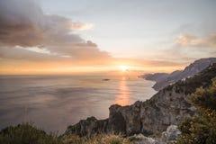 Belle vue de ciel au coucher du soleil au-dessus de la mer Image stock