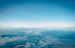 Belle vue de ciel bleu et de nuage d'avion image libre de droits