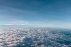 Belle vue de ciel bleu et de nuage d'avion photo stock