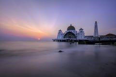 Belle vue de coucher du soleil au-dessus d'une mosquée Image libre de droits