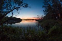 Belle vue de coucher du soleil au-dessus de lac Photographie stock