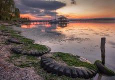Belle vue de coucher du soleil avec des pneus Image stock