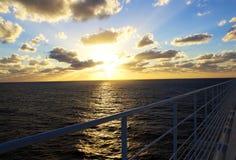 Belle vue de coucher du soleil de plate-forme des Caraïbes de croisière Photographie stock