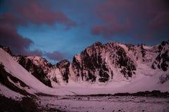 Belle vue de coucher du soleil en montagnes Image libre de droits