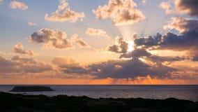 Belle vue de coucher du soleil du Yeronisos ou de l'île sainte à la côte ouest de la Chypre image stock