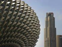 Belle vue de détail du théâtre moderne et étonnant d'esplanade sous un ciel bleu Image stock
