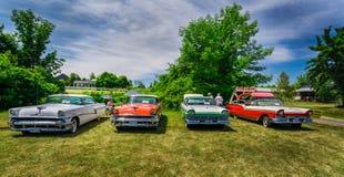 Belle vue de face étonnante de rétros voitures de vintage classique avec des personnes à l'arrière-plan Photo libre de droits