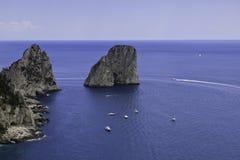 Belle vue de Faraglioni dans Capri images libres de droits