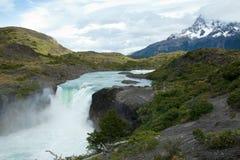 Belle vue de grande cascade à écriture ligne par ligne de Salto photographie stock
