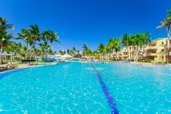 belle vue de invitation des au sol et des personnes d'hôtel détendant dans la piscine Images libres de droits