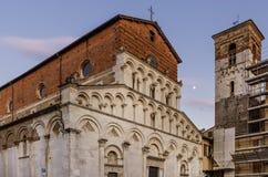 Belle vue de l'église antique de Santa Maria Forisportam au coucher du soleil avec la lune à l'arrière-plan, Lucques, Toscane, It photo stock