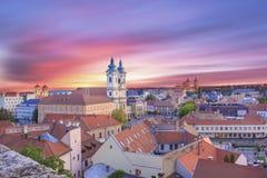 Belle vue de l'église de Minorit et du panorama de la ville d'Eger, Hongrie, au coucher du soleil images stock