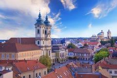 Belle vue de l'église de Minorit et du panorama de la ville d'Eger, Hongrie, au coucher du soleil Photo stock