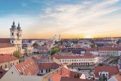 Belle vue de l'église de Minorit et du panorama de la ville d'Eger, Hongrie, au coucher du soleil Images libres de droits