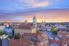 Belle vue de l'église de Minorit et du panorama de la ville d'Eger, Hongrie, au coucher du soleil Photos stock