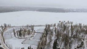 Belle vue de l'air vers un parc d'hiver et un lac congelé Les gens détendent en plein air, raie, pêcheurs attrapent banque de vidéos