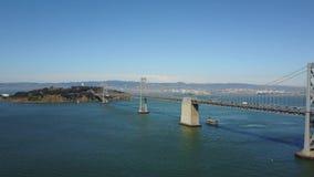 Belle vue de l'antenne 4k sur le pont en acier énorme à travers l'eau bleue profonde d'océan dans l'horizon sans fin d'horizon de banque de vidéos
