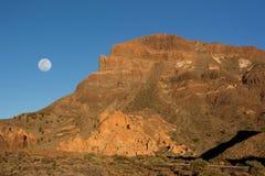 Belle vue de l'arête de montagne au coucher du soleil avec la pleine lune dessus photo libre de droits