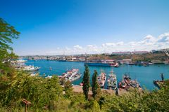 Belle vue de la baie du sud de la plate-forme d'observation de Sébastopol en Crimée un jour ensoleillé clair image libre de droits