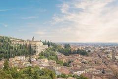 Belle vue de la colline de San Pietro et du panorama de la ville de Vérone, Italie photographie stock