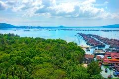 Belle vue de la lagune avec le sable et les palmiers blancs, mer de turquoise Vue à partir du dessus images stock