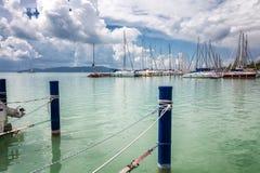 Belle vue de la marina au lac, ciel bleu dans les nuages photographie stock