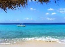 Belle vue de la mer bleu vert outre de la côte de l'île du Curaçao photographie stock libre de droits